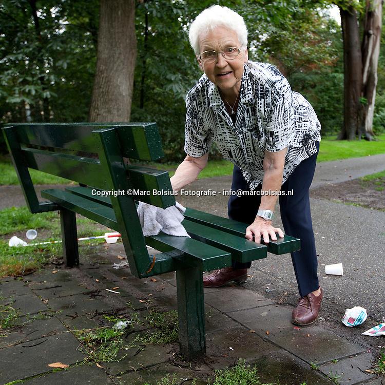 vught,non anneke van kemenade maakt de bankjes schoon in Reeburgpark en ruimt de rommel op .