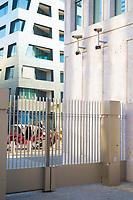 """DEU, Deutschland, Germany, Berlin, 08.02.2019: Eröffnung der neuen Zentrale des Bundesnachrichtendienstes (BND). Überwachungskameras an einem BND-Gebäude. Im Hintergrund das Wohnhaus """"Sapphire"""", das von Star-Architekt Daniel Libeskind entworfen wurde."""