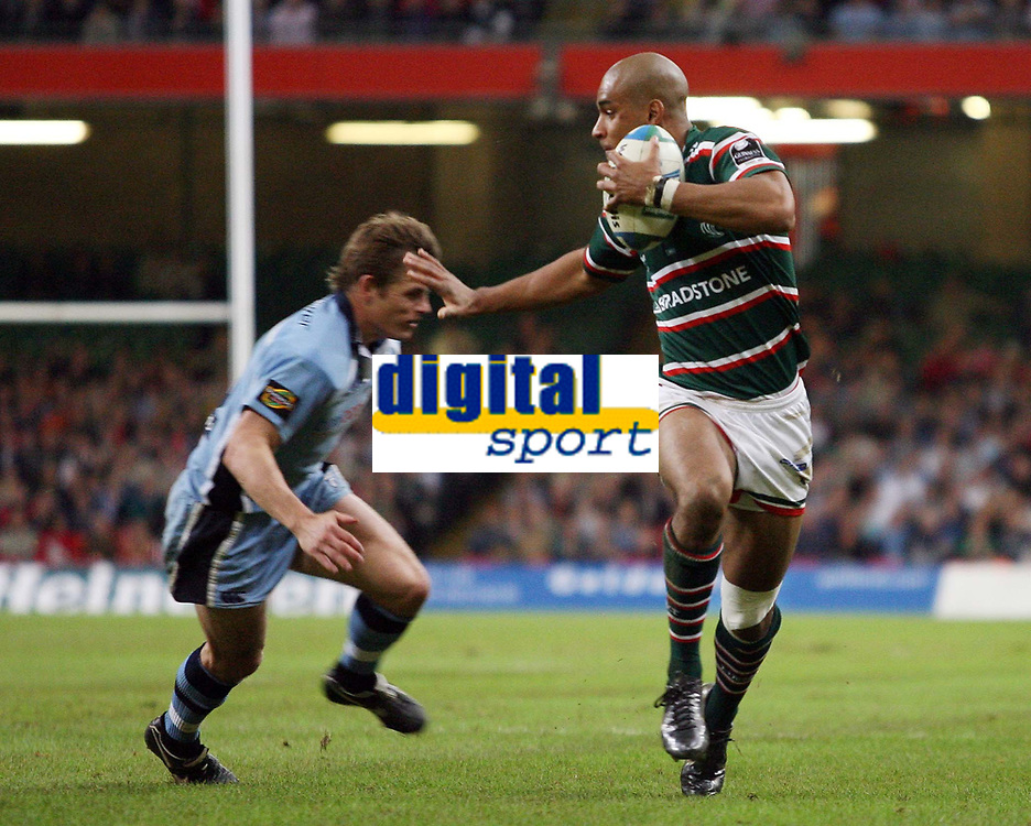 Photo: Rich Eaton.<br /> <br /> Cardiff Blues v Leicester Tigers. Heineken Cup. 29/10/2006. Tom Varndell of Tigers (right) hands of Ben Blair of Blues to score his sides second try
