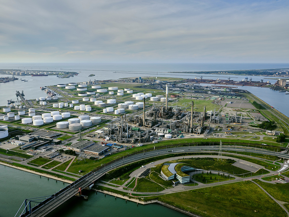 Nederland, Zuid-Holland, Rotterdam, 14-09-2019; Europoort, BP Raffinaderij en 6e Petroleumhaven. Ingang Nieuwe Waterweg in de achtergrond.<br /> Europoort, BP Refinery and 6th Petroleumhaven. New Waterway entrance in the background.<br /> luchtfoto (toeslag op standard tarieven);<br /> aerial photo (additional fee required);<br /> copyright foto/photo Siebe Swart