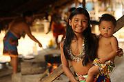 Familia emberá cocinando en comunidad indígena emberá, Panamá.