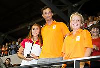 AMSTELVEEN - Topscorer Begona Garcia (Spa) met Boaz Meylink (Team NL)  na damesfinale Nederland-Belgie bij de Rabo EuroHockey Championships 2017. rechts minister Ploumen.   COPYRIGHT KOEN SUYK