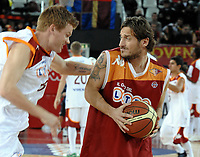 Fotball<br /> Italia<br /> Foto: Inside/Digitalsport<br /> NORWAY ONLY<br /> <br /> 14.12.2009<br /> John Arne Riise spiller basketball for veledighet<br /> <br /> Francesco Totti (Italy) John Arne Riise (Rest of the World) <br /> <br /> The soccer champions of AS Roma and the basket Lottomatica Virtus Roma, had a basket macht against the hunger in the world.