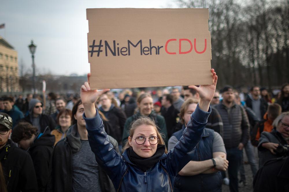 """Mehrere zehntausend Menschen protestieren in Berlin unter dem Motto """"Save your Internet"""" gegen die geplante EU-Urheberrechtsreform. Die Demonstranten kritisieren den geplanten Artikel 13 der Reform, der Internetanbieter verpflichtet, urheberrechtlich geschützte unlizenzierte Inhalte zu entfernen. Sie befürchten, dass dies durch sogenannte Uploadfilter geschieht. Demonstrantin mit Schild: #NieMehrCDU<br /> <br /> [© Christian Mang - Veroeffentlichung nur gg. Honorar (zzgl. MwSt.), Urhebervermerk und Beleg. Nur für redaktionelle Nutzung - Publication only with licence fee payment, copyright notice and voucher copy. For editorial use only - No model release. No property release. Kontakt: mail@christianmang.com.]"""