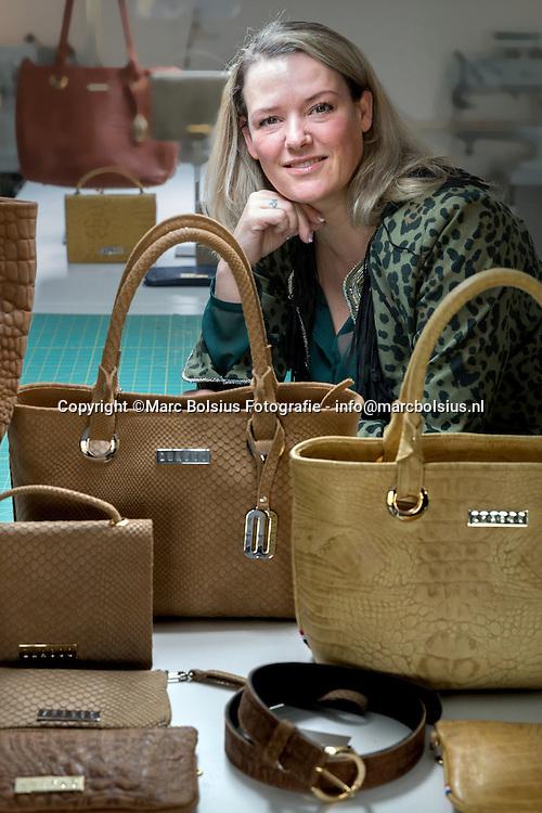 Nederland,  Haaren, ontwerpster van handtassen Pleun Schabos in haar atelier