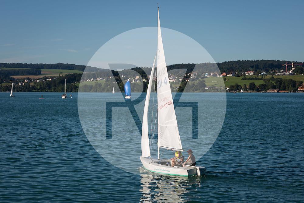 SCHWEIZ - HALLWILERSEE - Ein Segelboot der Segelschule Hallwilersee - 07. August 2016 © Raphael Hünerfauth - http://huenerfauth.ch