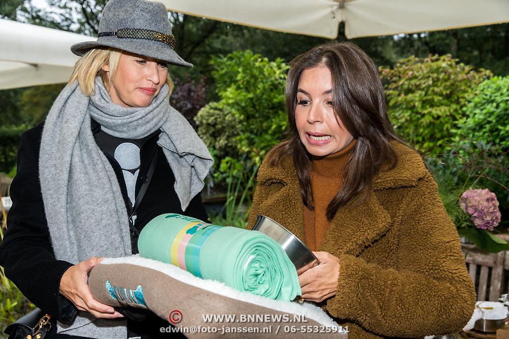 NLD/Blaricum/20191004 - Lancering hondenmerk Kluif van Rosanna Kluivert, Rosanna Kluivert overhandigt het eerste pakket hondenbenodigdheden Kluif aan Anouk Smulders