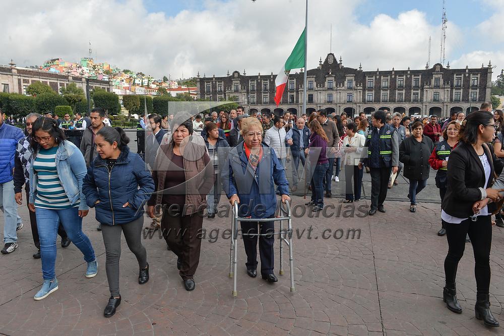 Toluca, México.- Empleados de gobierno participan en el macro simulacro de sismo realizado este día en conmemoración de los sismos registrados el 19 de septiembre de 1985 y 2017. Agencia MVT / Mario Vázquez de la Torre.