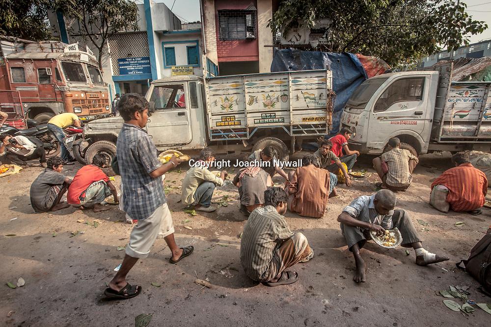 2014 10 29  Kolkata Calcutta <br /> West Bengal India Indien<br /> Malik Ghat  folkliv <br /> Folk som äter frukost<br /> <br /> <br /> ----<br /> FOTO : JOACHIM NYWALL KOD 0708840825_1<br /> COPYRIGHT JOACHIM NYWALL<br /> <br /> ***BETALBILD***<br /> Redovisas till <br /> NYWALL MEDIA AB<br /> Strandgatan 30<br /> 461 31 Trollhättan<br /> Prislista enl BLF , om inget annat avtalas.