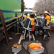 Ongeval met beknelling Crailoseweg Huizen, auto met 2 vrachtwagens