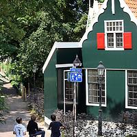 Nederland, Zaandam , 5 juli 2013.<br /> Wandeling door de binnenstad van Zaandam.<br /> Starten bij De Werf aan de Oostzijde. Daarvandaan kun je lopen op een soort boulevard tussen de flats en het water. De eerste stop is De Fabriek, filmhuis en eetcafé met terras aan de Zaan met uitzicht op de sluis. Daarna de sluis zelf.<br /> Dan langs het winkelgebied richting de Koekfabriek: Het oude Verkade pand dat is verbouwd en waar nu de bieb en sportschool en restaurant etc. in zitten.<br /> (Dat is aan de overkant van het startpunt) en misschien nog de Zwaardemaker meepakken aan de Oostzijde. Dat is een oud pakhuis die Rochdale enige jaren geleden heeft verbouwt tot appartementen met een stukje Nieuwbouw.<br /> Ook doen: het Russische buurtje vlakbij de Zaan. Dit jaar staat Rusland in de schijnwerpers en Zaandam heeft een speciale band met Rusland, vanwege het Czaar Peterhuisje en de Russische buurt. <br /> Op de foto: Typische Zaanse huisjes op de Lage Horn.<br /> Foto:Jean-Pierre Jans