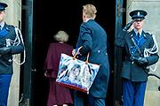 Koningspaar biedt Corps Diplomatique diner aan in het Paleis op de dam /// Royal Couple offers Corps Diplomatique dinner in the Palace on the dam<br /> <br /> Op de foto / On the photo:  Tas van Prinses Beatrix met een foto van prinses Amalia, prinses Alexia en prinses Ariane / Princess Beatrix's bag with a photo of Princess Amalia, Princess Alexia and Princess Ariane