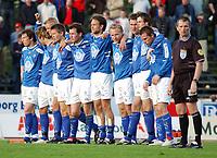 Nervepirrende med straffesparkkonkurranse, Aalesund-spillerne står og venter. <br /> <br /> Fotball: Kongsvinger - Aalesund 2-2 (5-2 e. straffer). NM 2004 herrer, 3. runde. 8. juni 2004. (Foto: Peter Tubaas/Digitalsport.