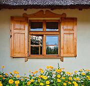 Brusy, 2011-07-05. Chata kaszubska, siedziba Muzeum Kaszubskiego w Brusach Jagliach. Z tyłu chaty  znajduje si? efektowny ogród.