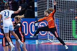 14-12-2018 FRA: Women European Handball Championships France - Netherlands, Paris<br /> Second semi final France - Netherlands / Tess Wester #33 of Netherlands