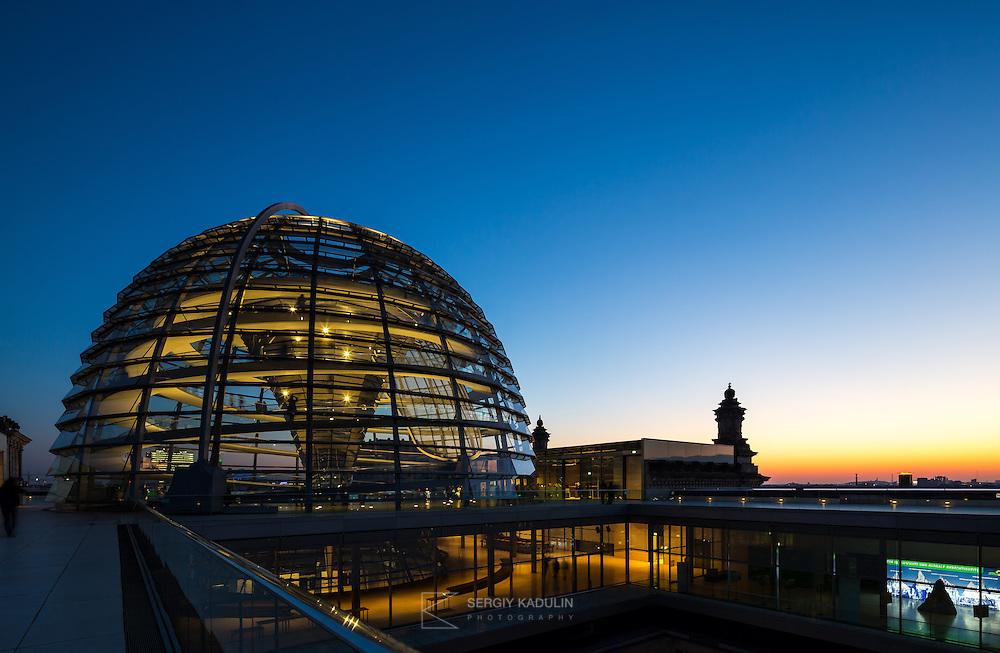 Вечерняя фотосъемка купола Рейхстага, Берлин. <br /> Архитектор: Норман Фостер.<br /> <br /> Dome of Reichstag at sunset. Berlin.