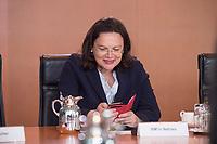 24 MAY 2016, BERLIN/GERMANY:<br /> Andrea Nahles, SPD, Bundesarbeitsministerin, tippt in ihre Smartphone, vor Beginn der Kabinettsitzung, Bundeskanzleramt<br /> IMAGE: 20170524-01-00<br /> KEYWORDS: Kabinett, Sitzung