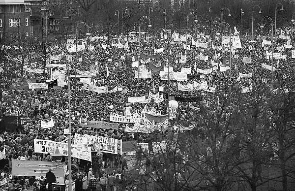 Nederland, Amsterdam, 21-11-1981Demonstratie tegen de voorgenomen plaatsing van kruisraketten. Het protest eindigde op het museumplein.400.000 mensen liepen mee.Foto: Flip Franssen/Hollandse Hoogte