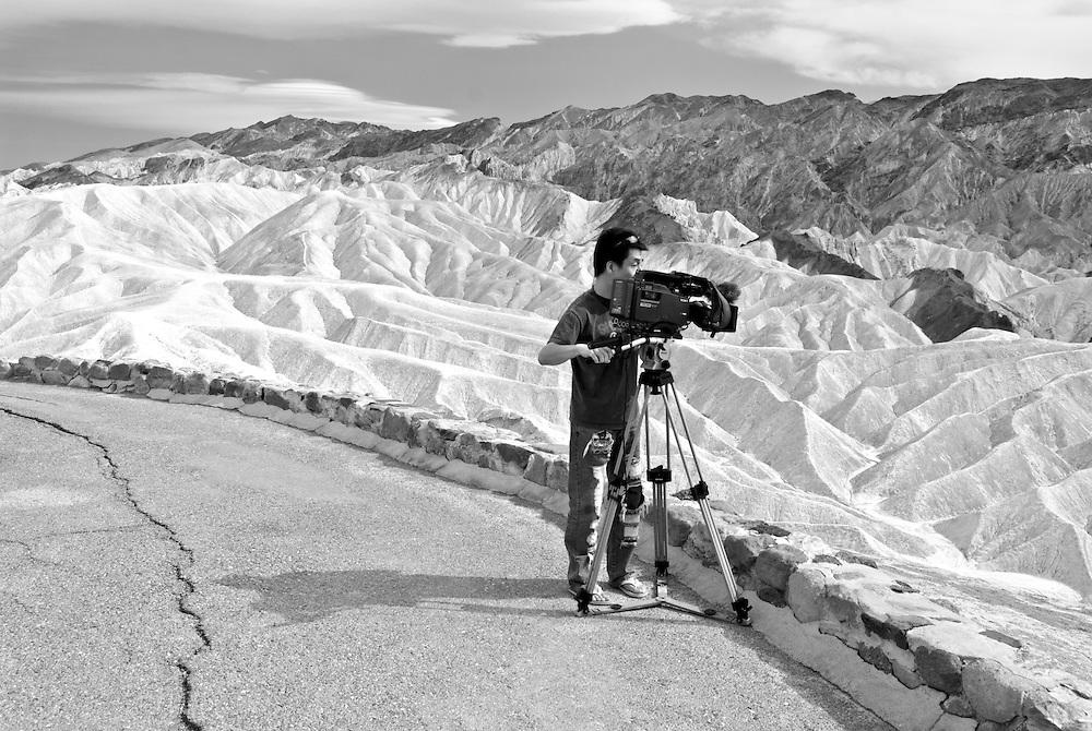 USA, Kalifornien, Zabriskie Point.Der Zabriskie Point ist ein Aussichtspunkt im Gebiet des Gebirgszugs der Amargosa Range im Death-Valley-Nationalpark, der für seine bizarren Erosionslandschaften um den ehemaligen Lake Manly bekannt ist. Er wurde zu Beginn des 20. Jahrhunderts nach Christian Brevoort Zabriskie aus Wyoming benannt, dem Vizepräsidenten und Geschäftsführer der Pacific Coast Borax Company, die mit dem Boraxabbau in dem Gebiet beauftragt war.  Zabriskie Point is a part of the Amargosa Range located east of Death Valley in Death Valley National Park in California, United States, noted for its erosional landscape. It is composed of sediments from Furnace Creek Lake, which dried up 5 million years ago—long before Death Valley came into existence.