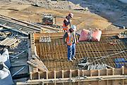 Nederland, Nijmegen, 30-1-2019 Bouwvakkers bezig met betonijzer op een bouwplaats.Foto: Flip Franssen
