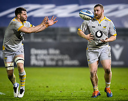 Thomas Young of Wasps awaits the ball as Tom West of Wasps watches - Mandatory by-line: Andy Watts/JMP - 08/01/2021 - RUGBY - Recreation Ground - Bath, England - Bath Rugby v Wasps - Gallagher Premiership Rugby