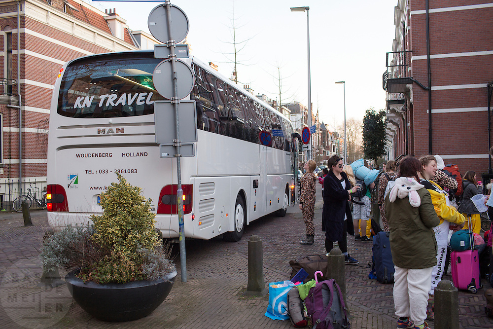 In Utrecht staat een groep verklede jongeren bij een touringcar. De bus blokkeert onnodig de doorgang voor fietsers.<br /> <br /> In Utrecht a group dressed young people stand near a touring car. The bus blocks the bicycle passage unnecessary.