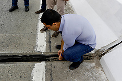 November 21, 2018 - Osasco, Brazil - OSASCO, SP - 21.11.2018: FENDA EM PONTE DE OSASCO ASSUSTA MORADORES - A crack of about 24 centimeters in a bridge connecting the central region to the northern part of the city of Osasco leaves worried residents. According to Mayor Rogério Lins, the fissure in the overpass was caused by natural rubber wear on the expansion joint and there is no risk of the bridge falling. In the photo, the mayor of the city of Osasco, Rogério Lins, puts his hands inside the crack, to show that the opening is natural. (Credit Image: © Aloisio Mauricio/Fotoarena via ZUMA Press)