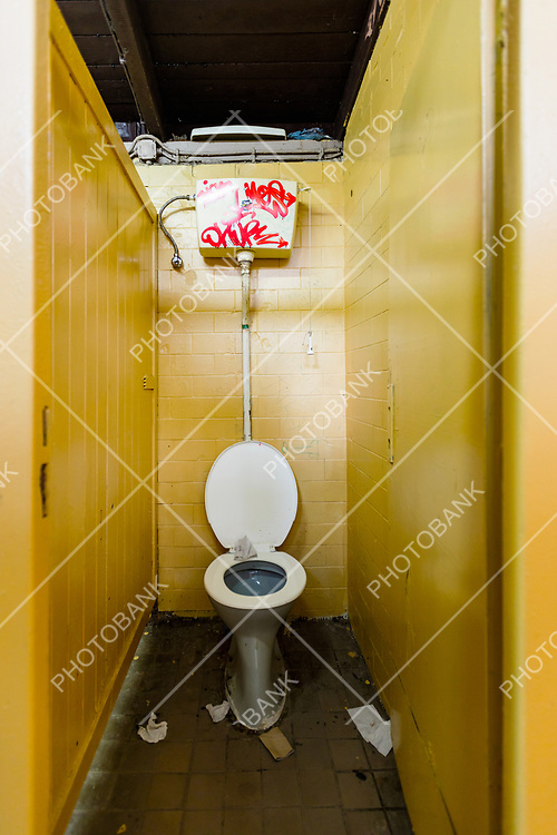 Trash bathroom whit yellow tile