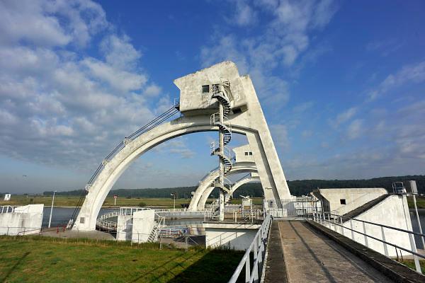 Nederland, Driel, 9-9-2012De sluis en stuw bij Driel en Arnhem in de rivier de Rijn, nederrijn. Met een stuw wordt de waterstand in een rivier geregeld. De sluis ernaast zorgt dat schepen toch het hoogteverschil kunnen overbruggen.Foto: Flip Franssen/Hollandse Hoogte