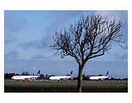 SAS indstiller stort set alle sine aktiviteter fra mandag d. 16. marts 2020, da efterspørgslen på flyrejser er tæt på nul. 4.000 danske ansatte sendes hjem og flyene parkeres langt fra terminalerne i Københavns Lufthavn