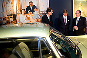 Zijne Hoogheid Prins Albert II van Monaco komt aan op Paleis het Loo met Koning Willem Alexander voor de opening van de tentoonstelling: Grace Kelly<br /> <br /> His Highness Prince Albert II of Monaco arrives Palace Het Loo with King Willem Alexander for the Opening of the exibition Grace Kelly<br /> <br /> Op de foto / On the photo:  Koning Willem Alexander en prins Albert II van Monaco kijken rond op de tentoonstelling / King Willem Alexander and Prince Albert II of Monaco look around the exhibition