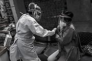 J.T (40) es vacunada contra la influenza en el Centro de Salud de Huáscar, en San Juan de Lurigancho (Lima), para protegerse de la COVID-19. J.T. es paciente de tuberculosis y está en tratamiento desde diciembre del 2019. Al inicio de la pandemia su hermana recogía las pastillas de su tratamiento semanal en el centro de salud. Ahora las recoge ella misma. Perú. 14 de agosto de 2020.