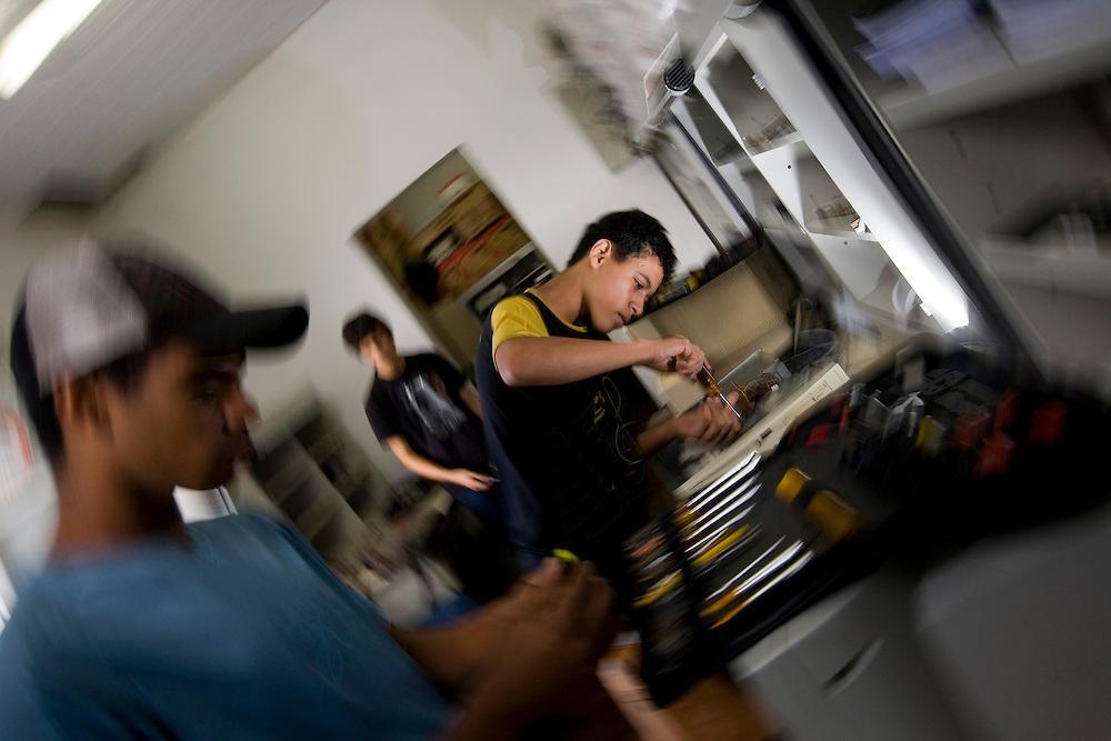 Sabara_MG, Brasil...O CVT  (Centro Vocacionais Tecnologicos) Casa Azul em Sabara foi o primeiro a ser instalado no estado. Tem sala de video conferencia, oficina de manutencao de computadores e aulas basicas de informatica...The CVT (Technological Vocational Center) Casa Azul in Sabara was the first to be installed in the state. Its facilities include video conferencing, workshop of computers maintenance and basic computer classes...Foto: BRUNO MAGALHAES /  NITRO