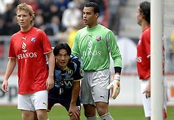 22-10-2006 VOETBAL: UTRECHT - DEN HAAG: UTRECHT<br /> FC Utrecht wint in eigenhuis met 2-0 van FC Den Haag / Michel Vorm in duel met Michael Mols<br /> ©2006-WWW.FOTOHOOGENDOORN.NL