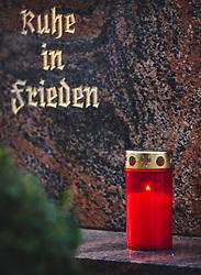 """THEMENBILD - Allerheiligen und Allerseelen - Grabkerze auf einem Grab mit der Inschrift """"Ruhe in Frieden"""". Am 1. November, gedenken Katholiken- aller Menschen, die in der Kirche als Heilige verehrt werden. Das Fest Allerseelen am darauf folgenden 2. November, ist dem Gedaechtnis aller Verstorbenen gewidmet, aufgenommen am 18. Oktober 2018, Ort, Österreich // All Saints 'Day and All Souls' Day - a grave candle on a grave. On November 1, Catholics commemorate all people worshiped as saints in the Church. The feast of All Souls on the following 2nd of November, is dedicated to the memory of all the deceased on 2018/10/18, Ort, Austria. EXPA Pictures © 2018, PhotoCredit: EXPA/ Stefanie Oberhauser"""