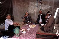 China. Sinkiang Province (Xinjiang).  Kashgar (Kashi). Old city bazar. Ouigour population. Sunday market. Tea house. // Chine. Province du Sinkiang (Xinjiang). Kashgar (Kashi). Bazar de la vieille ville. Population Ouigour. Marché du dimanche. Maison de thé. Tchaikhana.
