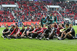 16.05.2010, impuls arena, Augsburg, GER, 1. FBL, Relegation, Rueckspiel, FC Augsburg vs 1. FC Nuernberg, im Bild: .die komplette Mannschaft sitzt auf dem Rasen und hoert den Fans zu.EXPA Pictures © 2010, PhotoCredit: EXPA/ nph/  news / SPORTIDA PHOTO AGENCY