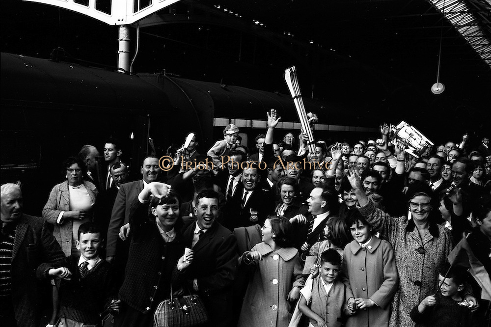 7/9/1964<br /> 9/7/1964<br /> 7 September 1964<br /> <br /> Mick Murphy with the Members of the Tipperary Senior Hurling team for their Royal Sendoff from Kings bridge back to thier home County