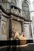De Nieuwe Kerk is een kerkgebouw in Amsterdam. De kerk is gelegen aan de Dam, naast het Paleis op de Dam.De Nieuwe Kerk wordt, sinds soeverein-vorst Willem in 1814 in deze kerk de eed op de grondwet aflegde, ook gebruikt voor de inzegening van koninklijke huwelijken en voor inhuldigingen. De inhuldiging van Koningin Beatrix vond er plaats op 30 april 1980. Op dezelfde datum in 2013 zal de inhuldiging van haar zoon en opvolger Willem-Alexander ook daar plaatsvinden.<br /> <br /> The New Church is a church building in Amsterdam. The church is located on Dam Square, next to the Palace on the Dam.De New Church in this church in 1814, since sovereign-prince Willem laid aside the oath to the Constitution, also used for the blessing of royal weddings and inaugurations. The inauguration of Queen Beatrix took place on April 30, 1980. On the same date in 2013, the inauguration of her son and heir Willem-Alexander will also take place there.<br /> <br /> Op de foto / On the photo: Grafmonument Michiel de Ruyter  // Michiel de Ruyter memorial monument.