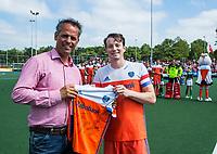 ALKMAAR - Hockey - Voorzitter van HC Alkmaar, Frank van Zeggeren  met Seve van Ass (Ned)   voor de wedstrijd   Nederland-Spanje (2-0) heren  . Rabo Super Serie.  COPYRIGHT KOEN SUYK