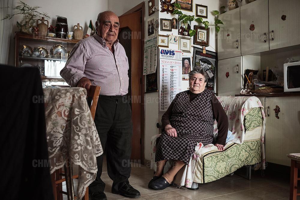 Vincenzo, contadino, e la moglie Giuseppina all'interno della loro casa , Bovino 28 Maggio 2014.  Christian Mantuano / OneShot