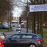 NLD/Huizen/20081218 - Spandoek met waarschuwing tegen zakkenrollers opgehangen Naarderstraat Huizen