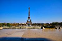 France, Paris (75), Parvis des droits de l'homme et la Tour Eiffel durant le confinement du Covid 19 // France, Paris, Human rights forecourt and the Eiffel Tower during the containment of Covid 19