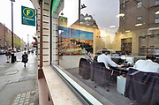 Engeland, Londen, 10-4-2019Straatbeeld van het centrum van de stad. Foxtons telefonische verkoop . Callcenter, call, center,wer,arbeid,personeel,medewerkers, sal,sales,letting, aandelen,verkoopFoto: Flip Franssen