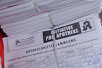 03 JUL 2002, BERLIN/GERMANY:<br /> Demonstration und Unterschriftenuebergabe der Initiative Pro Apotheke gegen den Versandhandel mit Arzneimitteln mit Gudrun Schaich-Waich, Parl. StS. BM Gesundheit und Hans Guenter Friese, Praesident Bundesvereinigung Deutscher Apothekerverbaende, Bebelplatz<br /> IMAGE: 20020703-03-001<br /> KEYWORDS: Unterschriftenübergabe, Demo, Hans Günter Friese, Präsident Bundesvereinigung Deutscher Apothekerverbände