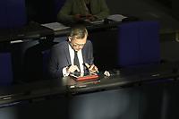 DEU, Deutschland, Germany, Berlin, 22.04.2020: Michael Roth (SPD), Staatsminister für Europa im Auswärtigen Amt, tippt auf einem iPad bei einer Plenarsitzung im Deutschen Bundestag. Im Mittelpunkt der Debatten standen die Maßnahmen der Bundesregierung zur Bekämpfung der Folgen der Corona-Krise. Um Ansteckungen von Abgeordneten mit dem Coronavirus zu vermeiden, darf nur jeder Dritte Stuhl besetzt werden, zwei Plätze dazwischen müssen frei gehalten werden.