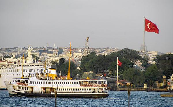 Turkije, Istanbul, 4-6-2011Straatbeeld. Veerpont van het europese deel naar het aziatische deel van de stad over de Bosporus. Turkse vlag, flagFoto: Flip Franssen