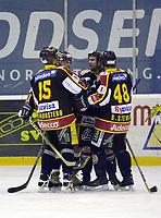 Trondheim-spillerne jubler etter at Dan O'Connell, Trondheim (midten) har scoret 1-1-målet til TIK.  Ishockey. Eliteserien 2001/02. Bonuskamp. Manglerud/Star-Trondheim 3-4. (Foto: Peter Tubaas/Digitalsport)