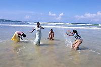 Sri Lanka - Côte sud - Plage de Weligama - Jeux d'eau