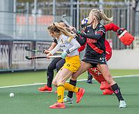 AMSTELVEEN -  Maartje Krekelaar (DenBosch) met Lauren Stam (Adam)  tijdens  de hoofdklasse hockey competitiewedstrijd dames, Amsterdam-Den Bosch (0-1)  COPYRIGHT KOEN SUYK